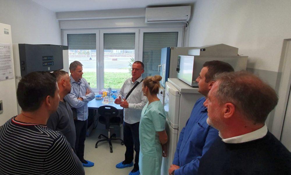 Nakon Uspješnog Naučnog Skupa – Čelnici HVI-a U Posjeti Laboratorijama INZ-a